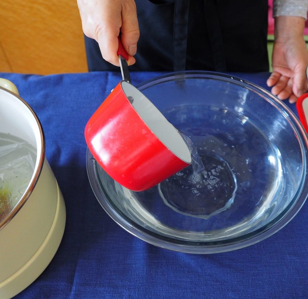 汲み上げた湯をボウルに移して、50℃洗いを!